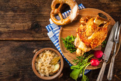 开胃巴伐利亚人烤猪肉指关节用德国泡菜 库存照片