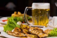 开胃主菜用调味汁和啤酒 库存照片