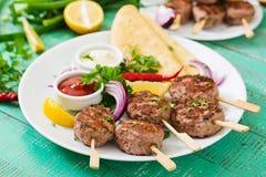 开胃kofta kebab丸子用调味汁和玉米粉薄烙饼炸玉米饼 免版税图库摄影