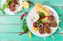 开胃kofta kebab丸子用调味汁和玉米粉薄烙饼炸玉米饼 免版税库存图片