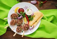 开胃kofta kebab & x28; meatballs& x29;用调味汁 图库摄影