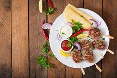 开胃kofta kebab & x28; meatballs& x29;用调味汁 免版税库存图片