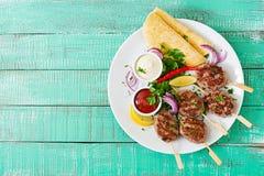 开胃kofta kebab & x28; meatballs& x29;用调味汁和玉米粉薄烙饼炸玉米饼 免版税库存图片
