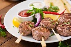 开胃kofta kebab & x28; meatballs& x29;用调味汁 库存照片