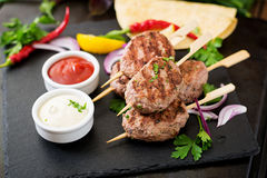 开胃kofta kebab & x28; meatballs& x29;用调味汁 免版税库存照片