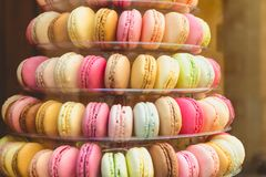 开胃macarons多色在商店窗口里 库存照片
