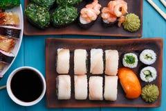 开胃maki和gunkan寿司集合,平的位置 寿司餐厅 免版税库存图片