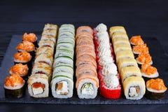 开胃maki寿司集合,服务在黑石板岩 Restaura 库存图片