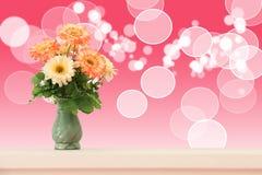 开花与抽象bokeh圈子的花束背景的 库存图片
