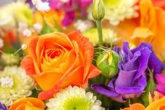 开花与桔子玫瑰,关闭的花束 库存照片