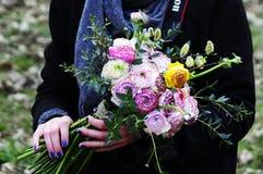 开花与毛茛属,中介子,玫瑰的婚礼安排 库存照片
