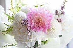 开花与毛茛属,中介子,玫瑰的婚礼安排 免版税库存图片
