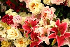 开花另外玫瑰百合牡丹康乃馨花束 免版税库存图片