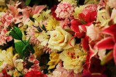 开花另外玫瑰百合牡丹康乃馨花束 库存图片