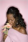 开花嗅到的妇女 免版税图库摄影