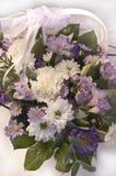 开花在一个篮子的花束与鞋带丝带 免版税库存图片