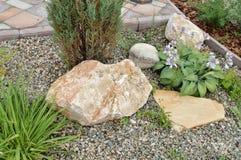 开花在与岩石的花床,高山幻灯片上开花 免版税图库摄影