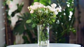 开花在光的花束,自转,花卉构成包括乳脂状玫瑰的yana,神的秀丽 股票录像