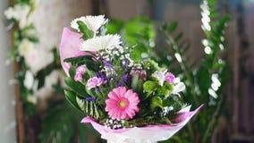 开花在光的花束,自转,花卉构成包括菊花anastasis,麦 股票录像