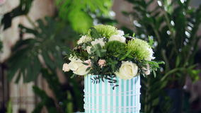 开花在光的花束,自转,花卉构成包括Brunia绿色,雪崩的罗斯,罗斯 影视素材
