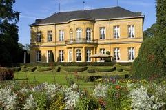 开花在庭院,城堡里开花东部, Valkenburg 免版税库存图片