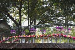 开花在木桥梁的装饰横跨运河& x28; 弄脏image& x29;与 免版税库存照片