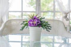 开花在桌和窗口基石背景的花瓶 葡萄酒styl 库存照片