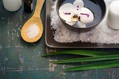 开花在碗的兰花水和温泉设置 图库摄影