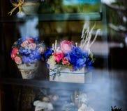 开花在罐葡萄酒样式、假日和婚姻的花卉decorati 免版税图库摄影