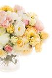 开花在花瓶,淡色花卉颜色的花束牡丹 图库摄影