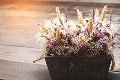 开花在葡萄酒桌上的花束 库存图片
