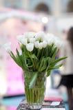 开花在玻璃花瓶的花束 库存照片