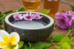 开花在水碗的浮游物有健康温泉的精油的 免版税库存图片
