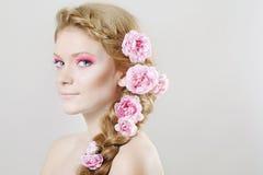 开花头发玫瑰妇女 库存照片