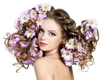开花头发长的性感的妇女 免版税库存照片