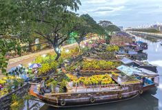 开花小船在花市场上沿运河码头 免版税库存图片