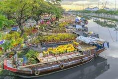 开花小船在花市场上沿运河码头 库存图片