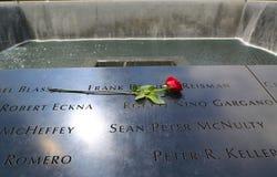 开花左在全国9/11纪念品在爆心投影更低曼哈顿 免版税库存图片