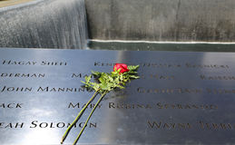 开花左在全国9/11纪念品在爆心投影更低曼哈顿 免版税库存照片