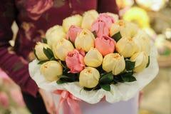 开花有白色和桃红色玫瑰的礼物盒 库存图片