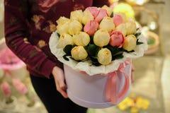 开花有白色和桃红色玫瑰的礼物盒 免版税库存照片