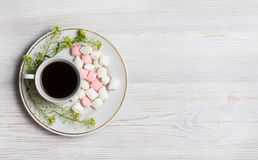 开花构成 咖啡、干花和叶子 顶视图,平的位置 免版税图库摄影