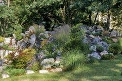 开花的假山花园或假山庭园在春天 库存照片