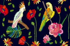 开花的天堂 与鹦鹉、花和棕榈叶的无缝的传染媒介样式在黑背景 免版税库存照片