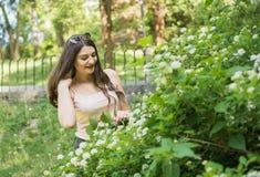 开花的庭院妇女年轻人 图库摄影