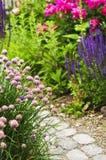 开花的庭院路径 免版税库存图片