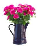 开花的桃红色玫瑰花束在花瓶的 免版税库存照片