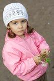开花的樱桃逗人喜爱的女孩少许枝杈 图库摄影