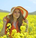 开花的油菜籽领域的美丽的妇女 免版税库存照片