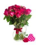 开花的深红玫瑰花束在花瓶的 免版税库存图片